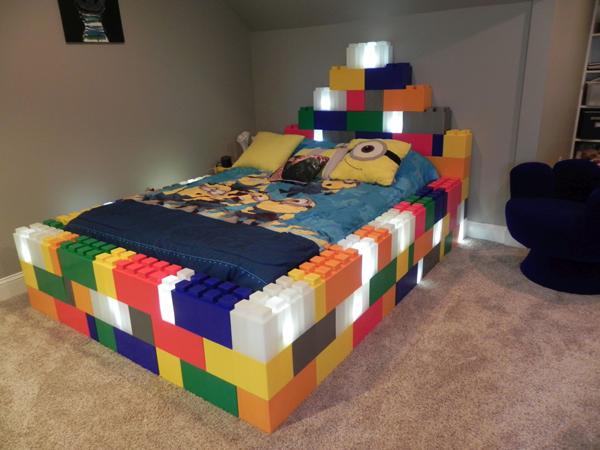 מיטת ילדים עם לבנים צבעוניות ותאורת לד פנימית