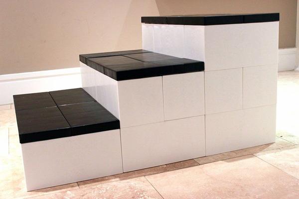 מדרגות שיכולות להתאים לכל חלל - אמבטיה, חדר ילדים או עלייה ליצירת מדפים שימושיים