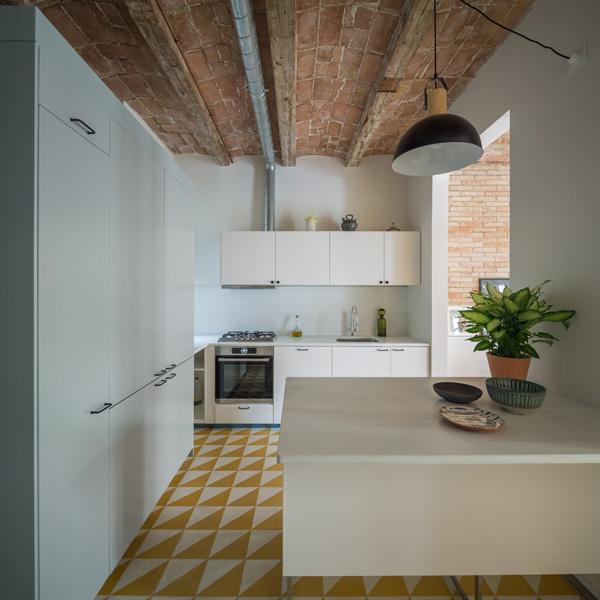 מבט על המטבח מכיוון חדר הרחצה