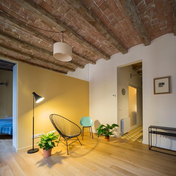 מבט מהסלון אל חדר השינה משמאל וחדר הרחצה מימין