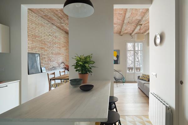 מבט מהדלפק במטבח אל הסלון וחזית הבנין