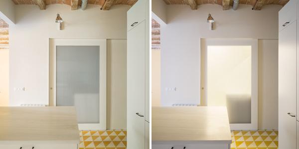 הדלת של חדר הרחצה עשויה פוליקרבונט והופכת לגוף תאורה כאשר האור בפנים דולק