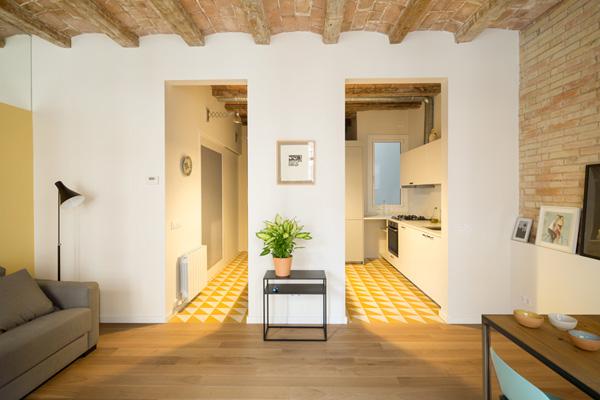 במטבח ובחללים הרטובים רצפת קרמיקה בגווני צהוב-לבן