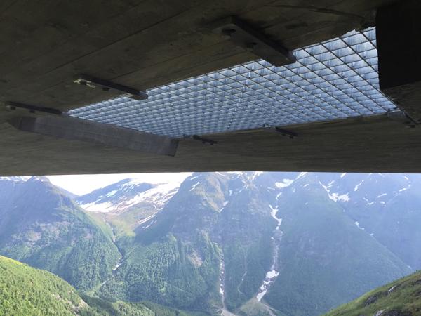 נקודת תצפית בפסגת הר בנורווגיה יוצרת 3 נקודות מבט מסחררות