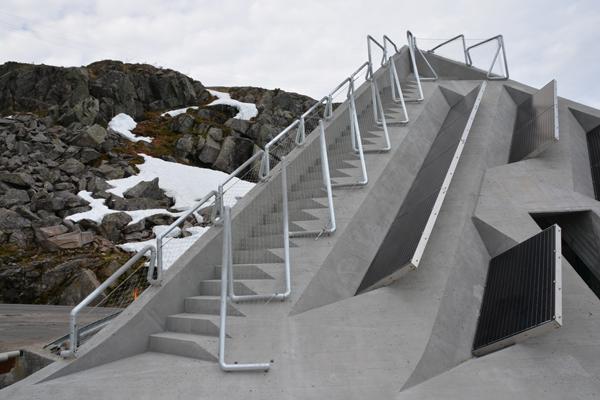 מבנה הבטון ממוקם סמוך לפסגת הר Gaular בחוף המערבי של נורווגיה