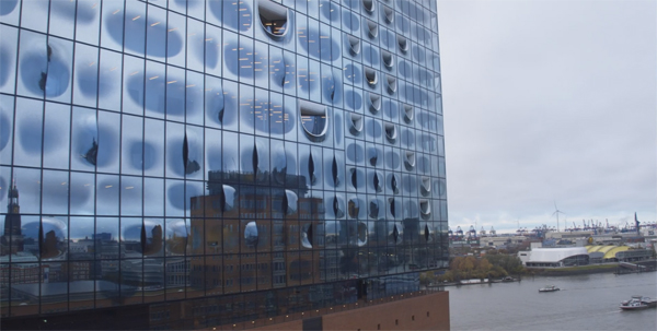 השתקפות בקירות הזכוכית של בית האופרה החדש של המבורג