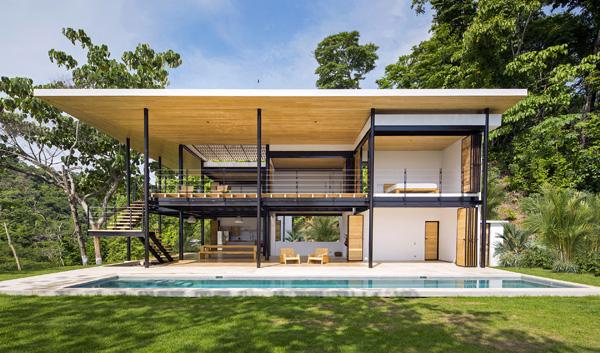 גג רחב שמחופה עץ בחלקו הפנימי מגן על החדרים ומספק גורם מאחד, שמחבר את החללים