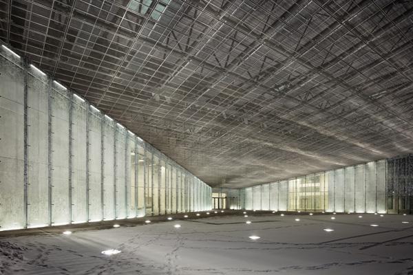 חללי גלריה עם חזיתות זכוכית מודפסת