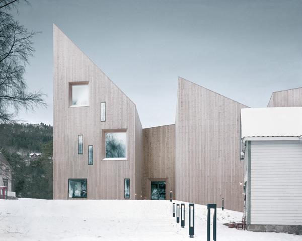 חלונות לא סימטריים בחזיתות המבנה. צילום: Erik Hattrem