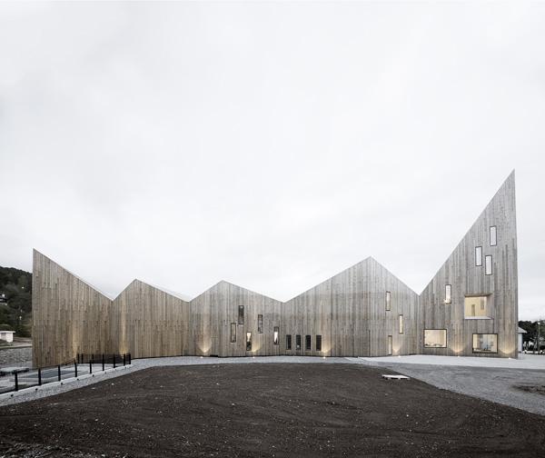 גג המבנה יוצר זיגזג קל לזיהוי. צילום: Sֳren Harder Nielsen