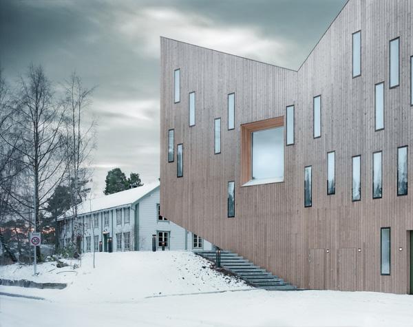 חזיתות המבנה מחופות עץ אורן. צילום: Erik Hattrem
