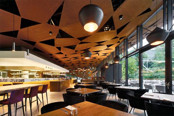 גג המסעדה מורכב בדיוק כמו החזיתות החיצוניות. צילום: Oskar Da Riz