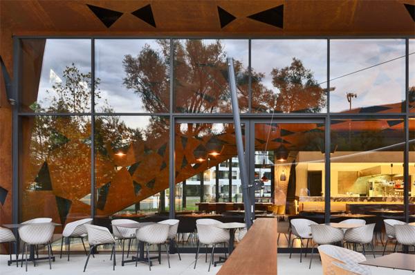 מבט על חזית הזכוכית של המסעדה. צילום: Oskar Da Riz