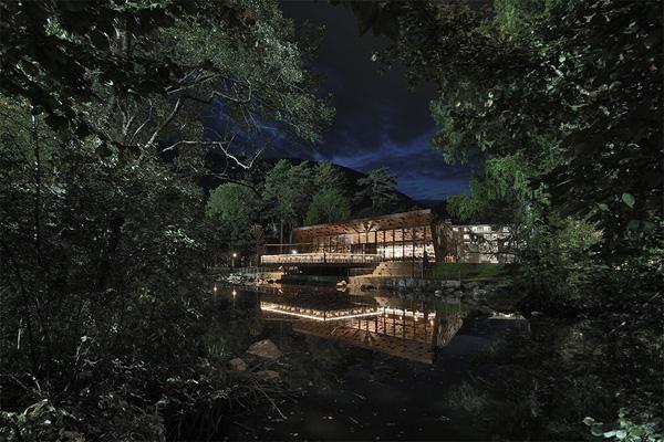 בלילה המבנה הופך לגוף תאורה שמשתקף במים. צילום: Oskar Da Riz