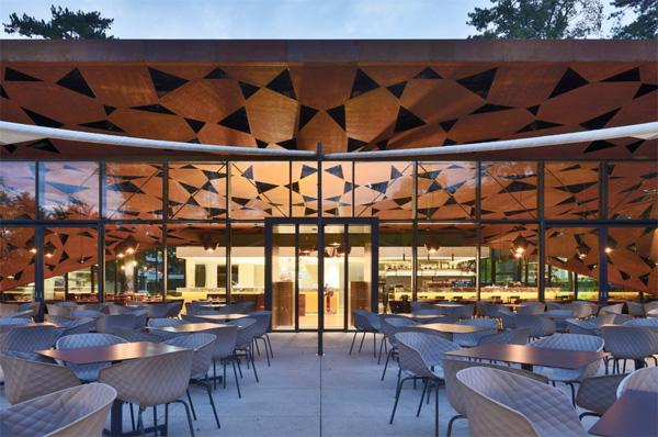 מקומות ישיבה חיצוניים מוצללים תחת גג המבנה. צילום: Oskar Da Riz