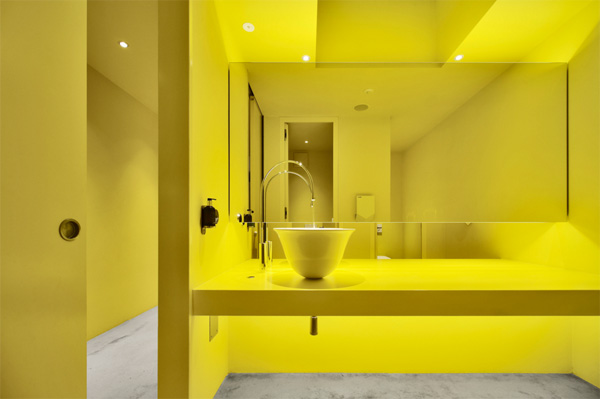 חדר שירותים בצהוב בוהק. צילום: Oskar Da Riz