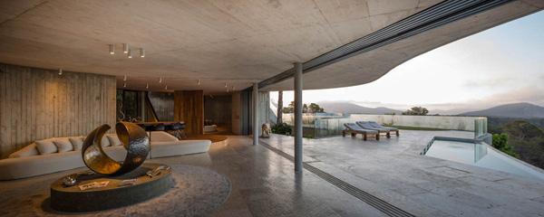 בקומה הראשונה: סלון פתוח לבריכת השחייה הקטנה. צילום: Fernando Alda