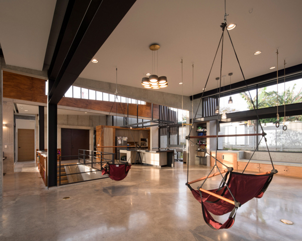 חלל פתוח שכולל את אזור המטבח, הסלון ופינת האוכל