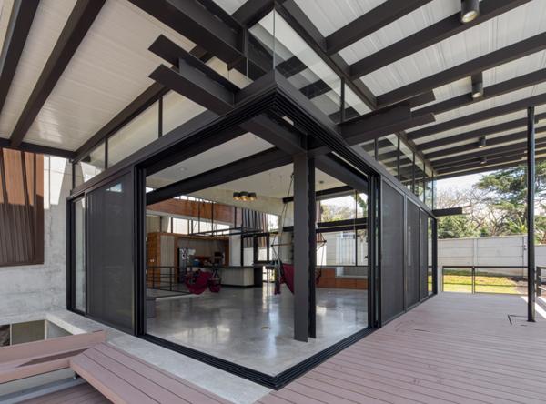 מרפסות מקיפות את חלל המגורים