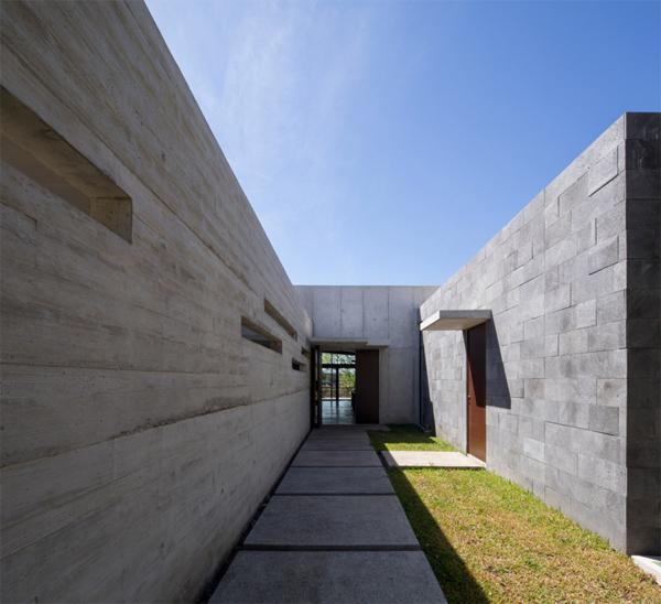 הכניסה לבית מחופה בטון