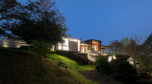 הבית ממוקם על גבעה ירוקה
