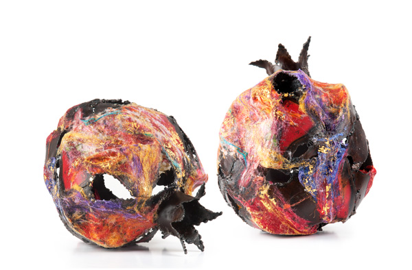 התערוכה עוסקת בהתייחסות הסמלית לפרי הרימון בטכניקה מעורבת של ברזל, סיבים על רשת ועלי זהב בגדלים שונים