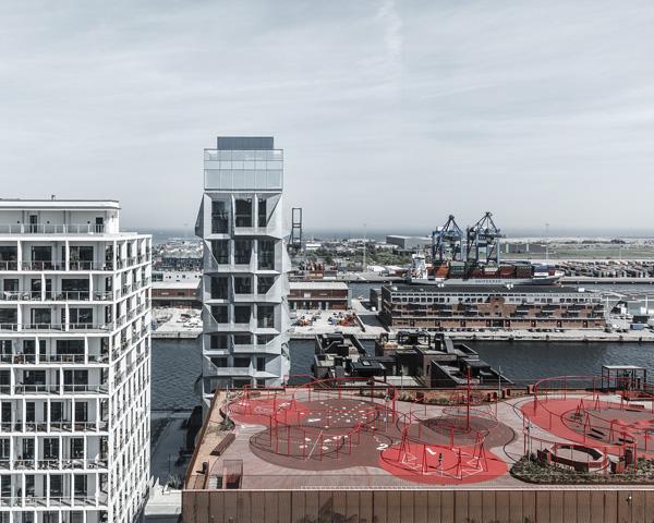מראה על בניין הממגורה לשעבר בלב הנמל
