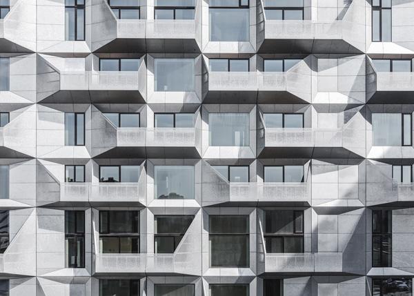 חזית המבנה החדשה כוללת מרפסות פלדה מגולוונת