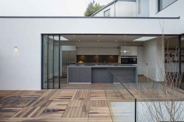 המטבח שבקומה הראשונה נפתח אל המרפסת החדשה