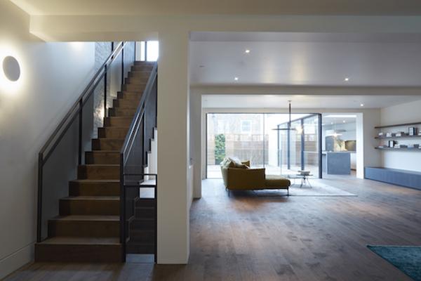 גרם מדרגות חדש עובר בין שלושת קומות הבית