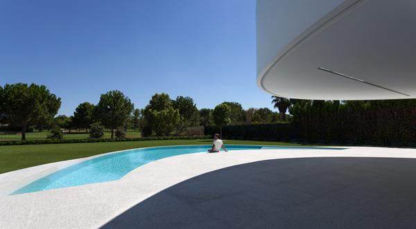 הבית יוצר הצללה על החצר שסביב הבריכה