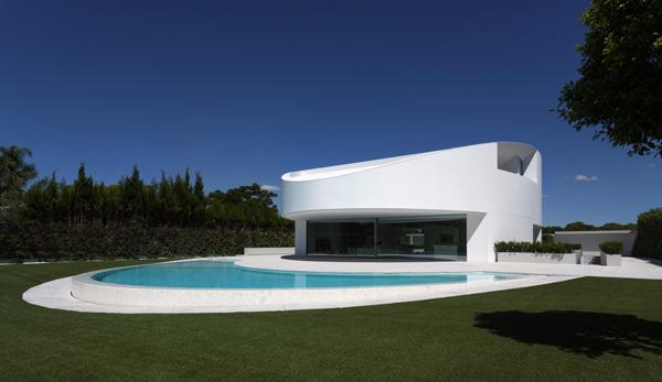 הבריכה משלימה בצורתה את צורתו המעוגלת של הבית