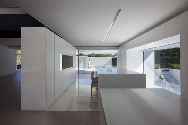 המטבח בנוי כקווים מקבילים בגוון לבן, כולל הריצוף