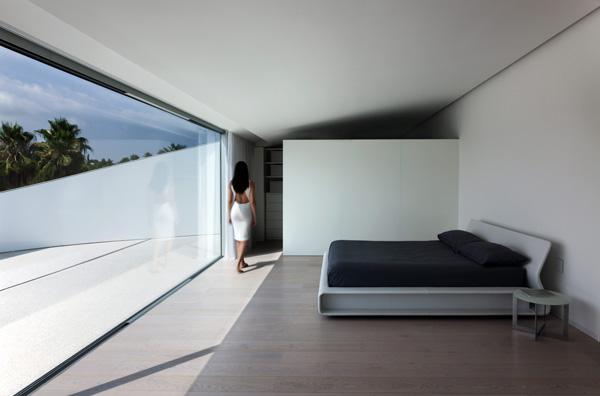 חדר השינה הראשי עם מרפסת הפונה אל הנוף