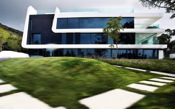 פני הנוף עוצבו גם הם על ידי האדריכלים בהתאמה לתכנון הבית