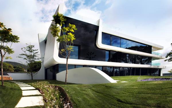 החומרים שנבחרו לעיצוב הבית הם קוריאן לבן וזכוכית שחורה
