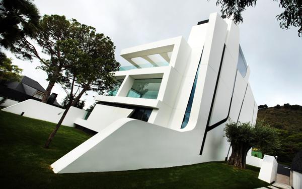 כל אחת מחזיתות הבית שונה, אבל ממשיכה את דפוסי העיצוב שקיימים בו