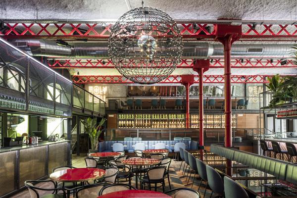 חלל תעשייתי שהפך לבר-מסעדה בברצלונה
