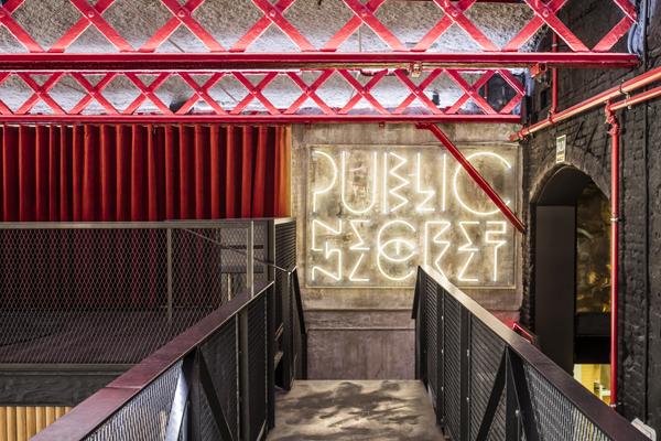 שלטי ניאון שמציגים הודעות בסגנון אוקסימורון