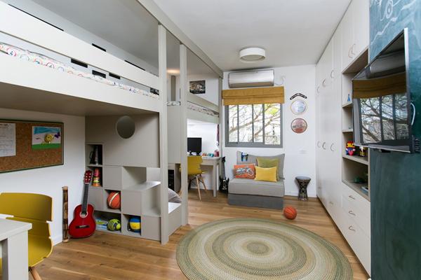 חדר הילדים תוכנן עם פרטי נגרות בהתאמה אישית כדי לייצר חלל אישי לכל ילד