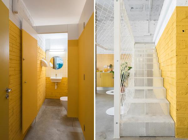 החלל המרכזי נצבע בצהוב עז, כולל חדר השירותים