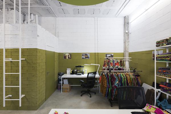 חלל עבודה שנצבע בגוון ירוק חאקי