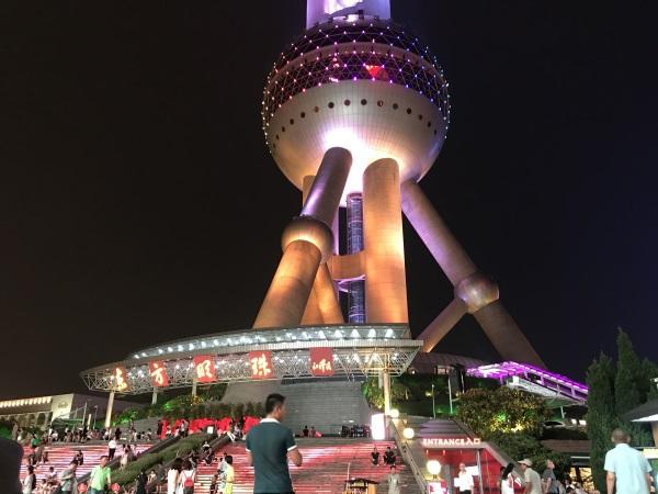 בסיס המגדל הם שלושה עמודי ענק שנמשכים מתחת לפני הקרקע