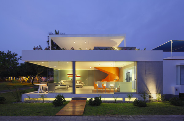 מבט על הבית מבחוץ - קומת הכניסה פתוחה לחלוטין בקירות זכוכית