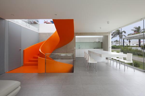 מבט לכיוון המטבח וגרם המדרגות הנועז