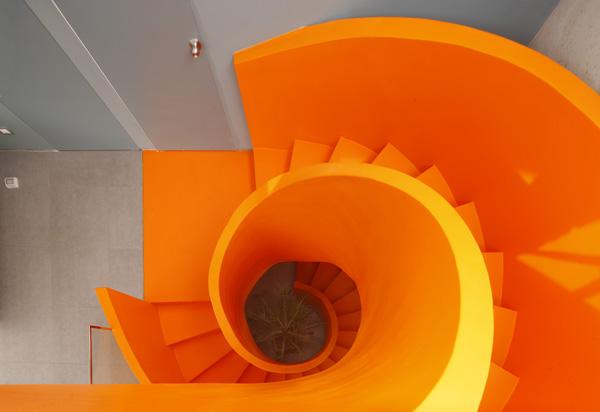 גרם המדרגות הכתום תוכנן כספירלה שמאחדת את כל קומות הבית