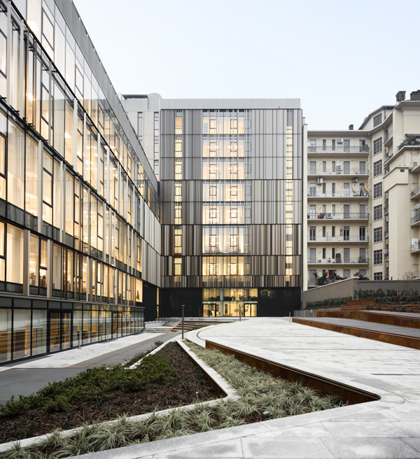 החצר הפנימית של בית המשרדים בטורינו