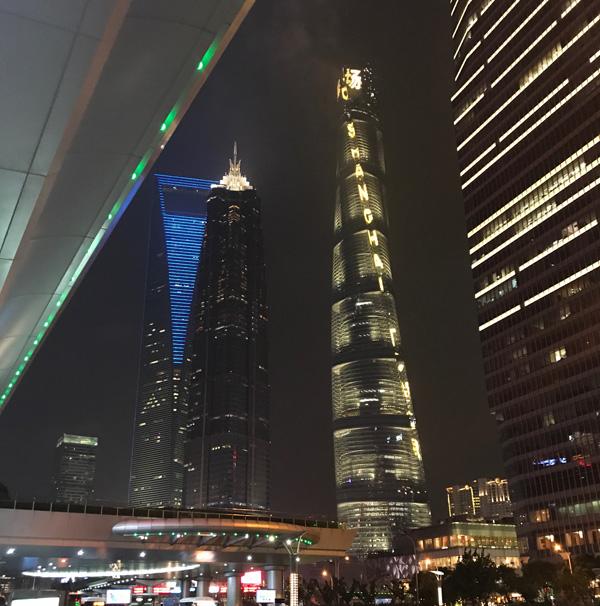 מגדל שנגחאי ומאחוריו מגדל הפותחן
