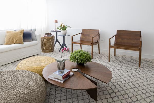 חומרים טבעיים וצבעים נייטרליים בסלון