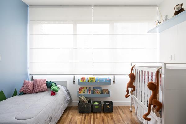 קיר ומדפים צבועים תכלת בחדר הילדים